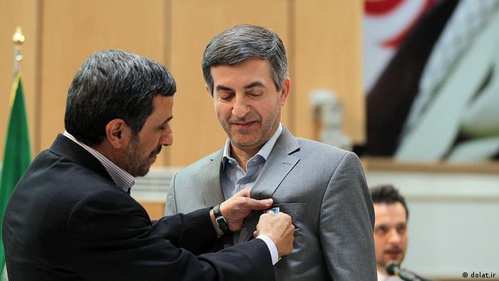 محمود احمدی نژاد در حال اعطای مدال به اسفندیار رحیممشایی