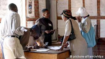 Zimbaweans at a polling station in Harare. Photo: EPA/STR +++(c) dpa - Bildfunk+++