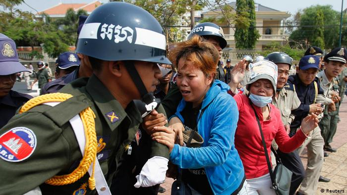 Residents of the Boeung Kak Lake community clash with police officers during a protest in Phnom Penh, March 13, 2013 (Photo: Samrang Pring)