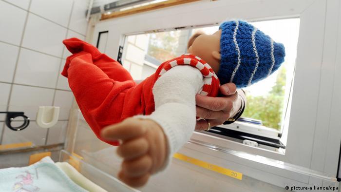 ARCHIV - Eine Babypuppe wird am Freitag (07.10.2011) in die Karlsruher Babyklappe gelegt. Fast 1000 Kinder sind in Deutschland seit 1999 anonym geboren oder in einer Babyklappe abgelegt worden. Nun soll ein Gesetz die Grauzone auflösen. Die Gründerin des bayerischen Schwangerenkonfliktprojektes Moses, Maria Geiss-Wittmann, sieht darin eine neue Chance. Foto: Uli Deck dpa/lby (zu dpa-Gespräch Expertin: Geplantes Gesetz für anonyme Geburten zollt Müttern Respekt vom 23.01.2012) +++(c) dpa - Bildfunk+++