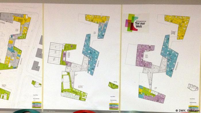 Bunte Bauzeichnungen zeigen die Anordnung des Gebäudes von oben (Foto: DW/Kathrin Erdmann)
