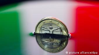 ILLUSTRATION: Eine italienische Ein-Euro-Münze ist am Montag (11.07.2011) in Frankfurt (Oder) in einer Schale halb unter Wasser zu sehen, in der sich die Nationalfarben von Italien spiegeln. Die Euro-Finanzminister beraten in Brüssel darüber, wie die Krise eingedämmt werden kann. Nicht nur das krisengeschüttelte Griechenland, sondern auch Italien macht die Märkte nervös. Foto: Patrick Pleul dpa/lbn