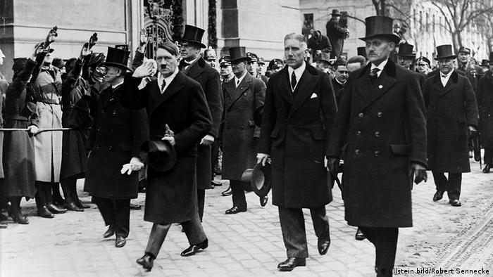 Adolf Hitler und Kabinettsmitglieder im Anzug (Foto: ullstein bild)