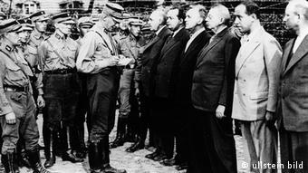 Appell im Konzentrationslager Oranienburg bei Berlin, das für politische Häftlinge eingerichtet worden war (Foto: Ullstein)