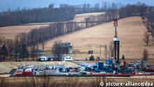 ACHTUNG: DIESER BEITRAG DARF NICHT VOR ABLAUF DER SPERRFRIST, 11. März, 21.00 UHR, VERÖFFENTLICHT WERDEN! - ARCHIV - Eine Ölförderungsplattform, die nach dem Prinzip des «Fracking» arbeitet, am 08.03.2012 in einem Tal bei Troy in Pennsylvania (USA). Fracking hat möglicherweise gesundheitsgefährdende Auswirkungen auf das Oberflächenwasser. Zu diesem Schluss kommen Wissenschaftler von der Forscherorganisation «Resources for the Future». Foto: EPA/JIM LO SCALZO (zu dpa «Fracking belastet das Oberflächenwasser» vom 11.03.2013) +++(c) dpa - Bildfunk+++