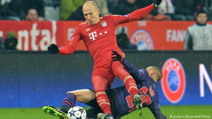 Bayerns Arjen Robben (vorne) und Kieran Gibbs kämpfen um den Ball. Foto: AP Photo/Kerstin Joensson