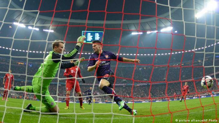 Olivier Giroud scores past Manuel Neuer in 2013 clash. Champions League FC Bayern München - FC Arsenal