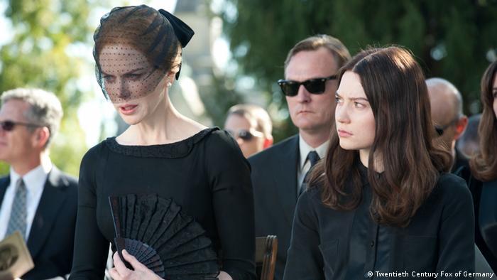 Filmstill Stocker mit Nicole Kidman als Trauernde in Schwarz bei einem Begräbnis (Twentieth Century Fox of Germany)