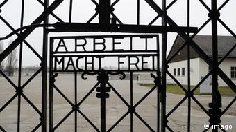 Der Spruch Arbeit macht frei am Lagertor des KZ Dachau (Foto: imago)