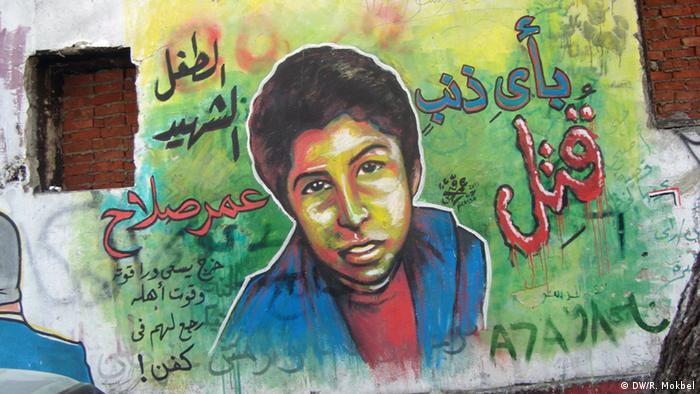 Die Gewalt hinterlässt Narben auf den Seelen der Schüler in Kairo. Graff iti photo of Omar Salah Omran, 12-year-old who was shot down by the army during clashes in Cairo and sell hot sweet potatoes on the street - outside the front gates of Cairo's US Embassy. DW/ Reham Mokbel