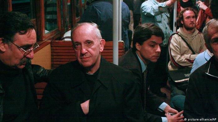 Papst Franziskus Leben in Argentinien Jorge Bergoglio fährt mit der U-Bahn (picture-alliance/AP)