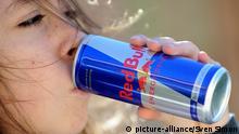 Jugendliche trinkt Red Bull
