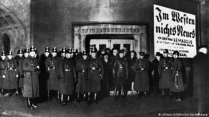 """Berlin 1930: policija obezbeđuje bioskop u kojem se prikazuje film """"Na zapadu ništa novo"""""""