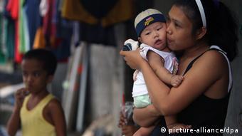 Philippinische Mutter mit Kind