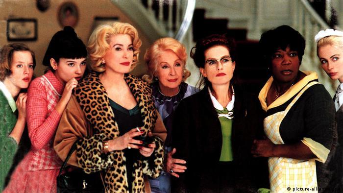 Szene aus 8 Frauen mit sieben Frauen nebeneinander (picture-alliance/dpa)