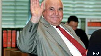 Altbundeskanzler Helmut Kohl winkt während des Korruptionsprozesses gegen Holger Pfahls, Augsburg