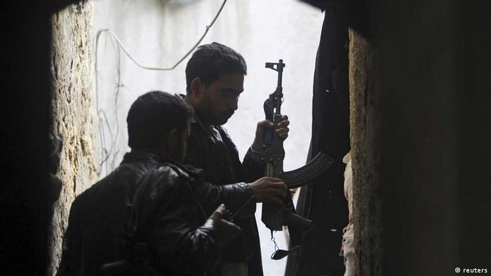 Members of the Free Syrian Army load their weapons during clashes with forces loyal to Syria's President Bashar al-Assad, in the old city of Aleppo February 15, 2013. REUTERS/Muzaffar Salman (SYRIA - Tags: CONFLICT CIVIL UNREST POLITICS) /eingest. sc
