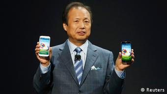 JK Shin, President and Head of IT and Mobile Communication Division, holds up Samsung Electronics Co's latest Galaxy S4 phones during its launch at the Radio City Music Hall in New York (Foto: Reuters)