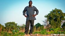 Bauer Burkina Faso Pesalomo Burkina Faso möchte zum Agrar-Exporteur aufsteigen. Seit den 1990er Jahren konnte Burkina Faso seine landwirtschaftliche Produktion verdoppeln. Vor allem durch verbesserte Bewässerungsmethoden ist weiteres Wachstum möglich, sagen Experten. Entscheidend ist zudem der Zugang zu Märkten. Ein Ansatz: Bauern vermarkten ihre Produkte gemeinsam in Genossenschaften und können so bessere Preise erzielen. DW/ Peter Hille