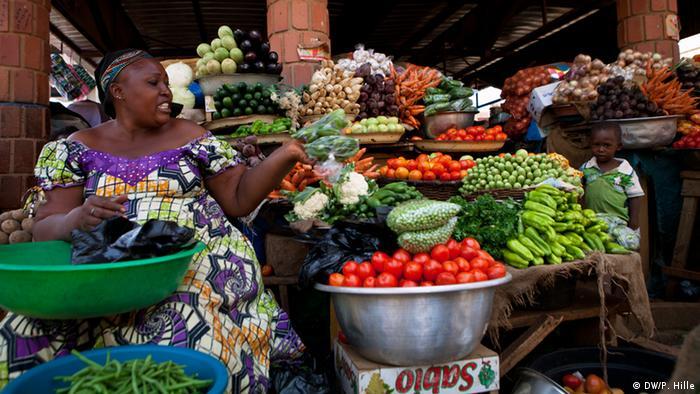 Marktfrau mit ihrem Gemüse auf dem Markt in Ouagadougou, Burkina Faso