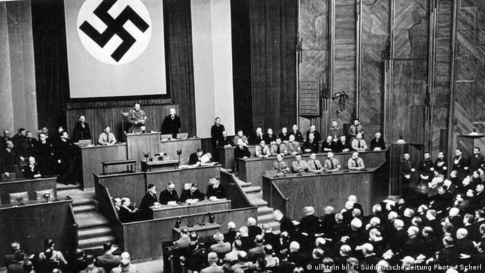 Foto em preto e branco mostra sessão parlamentar