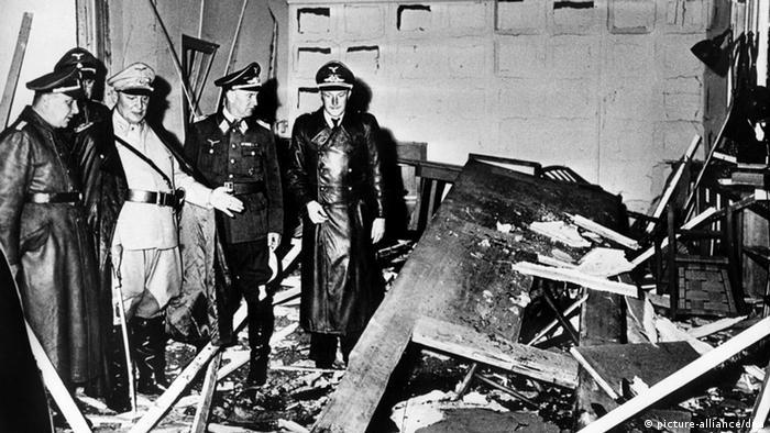 Райхсмаршал Херман Гьоринг (в светлата униформа) прави оглед на взривеното помещение