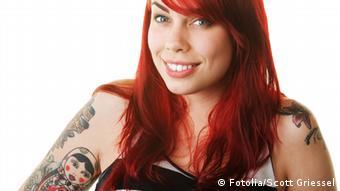 Студентка с татуировкой в виде матрешки на плече