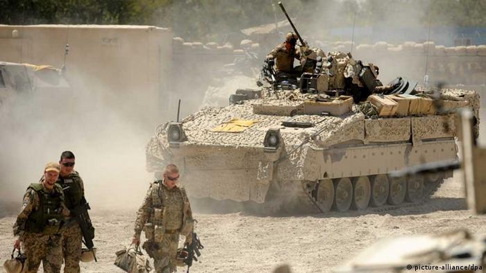 Bundeswehrsoldaten kommen am 18.08.2011 nach einem Einsatz in das Polizeihauptquartier Charrah Darreh nahe Kundus zurück. Im Hintergrund ein Marder Schützenpanzer. (Bild: Maurizio Gambarini dpa)