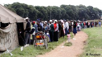 People line up to vote in Harare (photo: REUTERS/Philimon Bulawayo)