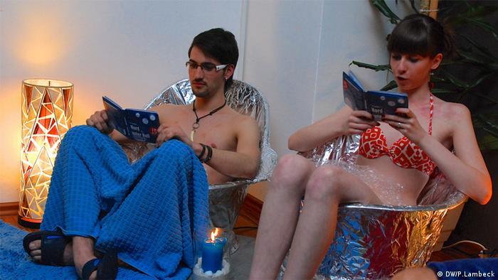 Zwei Schauspieler lesen aus den Wannenbüchern beim Lesefest Leipzig liest der Leipziger Buchmesse, März 2013 (Foto: DW/P. Lambeck)