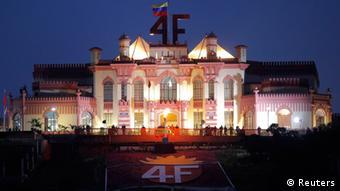 """Las siglas """"4F"""" que coronan el Cuartel de la Montaña, donde descansan los restos de Chávez, celebran la intentona golpista """"bolivariana"""" del 4 de febrero de 1992."""