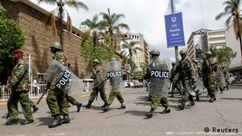 Polizisten sichern den Obersten Gerichtshof ab (Foto: REUTERS/Thomas Mukoya)