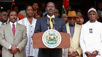 Siegesgewiss: Raila Odinga nach dem Einreichen seiner Petition (Foto: REUTERS/Thomas Mukoya)