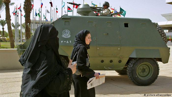 Women participating in the Counter-Terrorism International Conference pass an armored vehicle outside the conference center in Riyadh, the capital of Saudi Arabia Sunday 06 February 2005. Over 50 countries and international organizations including the United States, Syria and Iraq are participating in the 4-day international conference which will look at ways to battle terrorism around the world. EPA/MIKE NELSON +++(c) dpa - Bildfunk+++