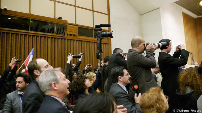 Press pohtographers on chairs take pictures of Pope Francis Photo: Bernd Riegert, all rights reserved