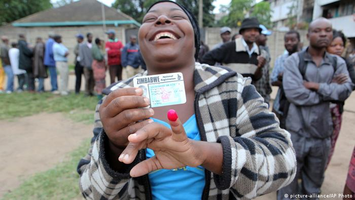 A woman shows her ink stained index finger after casting her vote during a referendum in Harare, Zimbabwe. (Photo: AP Photo/Tsvangirayi Mukwazhi/DW)