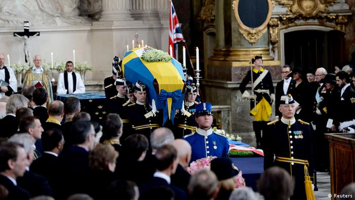 Members of the Royal Guard carry the coffin of Sweden's British-born Princess Lilian from the Royal Chapel of the Royal Palace of Stockholm, March 16, 2013, after her funeral service. The British-born Swedish princess whose secret 33-year romance with her royal husband became Sweden's best-known love story, died on Sunday at the age of 97, the court said. Princess Lilian was the commoner wife of Prince Bertil, who died in 1997. They met and fell in love in London during World War Two, but had to keep their relationship secret for decades for the sake of the crown and to avoid a constitutional crisis. REUTERS/Maja Suslin/Scanpix (SWEDEN - Tags: ROYALS OBITUARY) SWEDEN OUT. NO COMMERCIAL OR EDITORIAL SALES IN SWEDEN. NO COMMERCIAL SALES. ATTENTION EDITORS - THIS IMAGE WAS PROVIDED BY A THIRD PARTY. FOR EDITORIAL USE ONLY. NOT FOR SALE FOR MARKETING OR ADVERTISING CAMPAIGNS. THIS PICTURE IS DISTRIBUTED EXACTLY AS RECEIVED BY REUTERS, AS A SERVICE TO CLIENTS