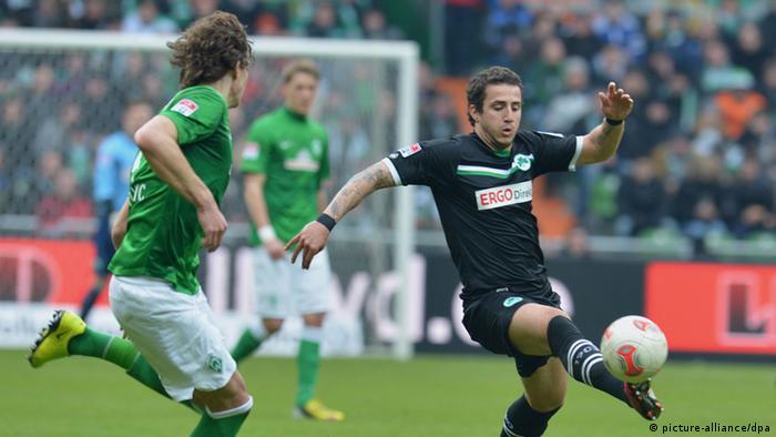 Werders Mateo Pavlovic (links) kämpft gegen den Fürther Sercan Sararer um den Ball. Foto: Carmen Jaspersen dpa