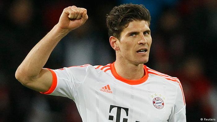 Bayern Münchens Mario Gomez reckt seine Faust nach oben. Er erzielte das einzige Tor in der Partie. Foto: REUTERS/Wolfgang Rattay