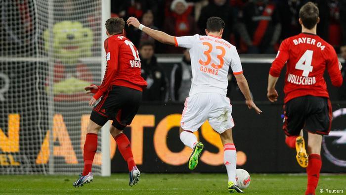 Bayern Münchens Mario Gomez schießt das 1:0. Foto: REUTERS/Wolfgang Rattay