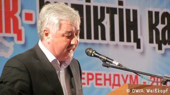Амиржан Косанов выступает перед активистами оппозиции