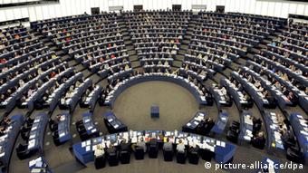 ARCHIV - Abgeordnete stimmen am 17.06.2008 während einer Sitzung im Europäischen Parlament in Straßburg ab. Am Mittwoch (13.03.2013) stimmen die Abgeordneten des EU-Parlaments über den Finanzrahmen bis 2020 ab. Foto: Christophe Karaba/epa/dpa +++(c) dpa - Bildfunk+++