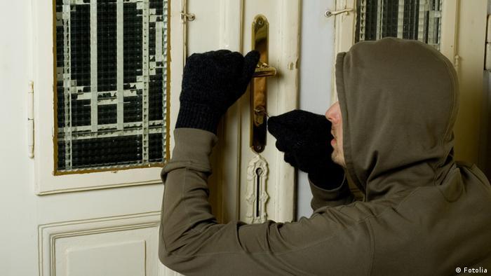 Домушник пытается вскрыть дверь квартиры