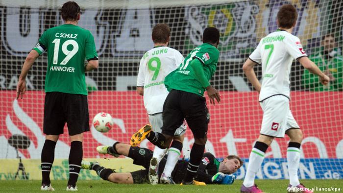 Mönchengladbachs de Jong (3.v.r.) erzielt nach Vorlage von Hermann (r.) das Tor. Foto: Bernd Thissen/dpa