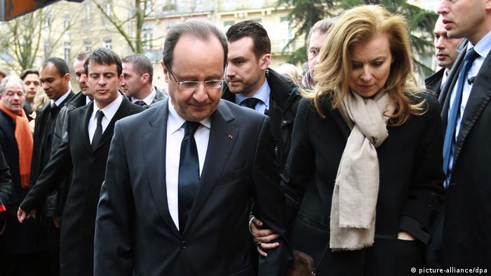 French President Francois Hollande (C)his companion Valerie Trierweiler (R) leave the meeting during a memorial ceremony for the victims of Toulouse gunman Mohamed Merah, in Toulouse, Southern France, 17 March 2013. EPA/BOB EDME MAXPPP OUT +++(c) dpa - Bildfunk+++
