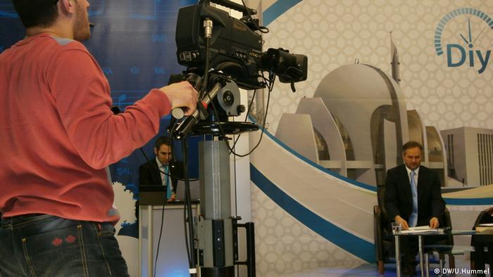 Routiniertes TV-Team bei Diyanet Saati *** Wer hat das Bild gemacht/Fotograf?: Ulrike Hummel Wann wurde das Bild gemacht?: 2013 Wo wurde das Bild aufgenommen?: Duisburg