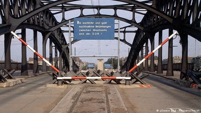 Deutschland Geschichte Berlin Mauer Grenzübergang Bornholmer Brücke