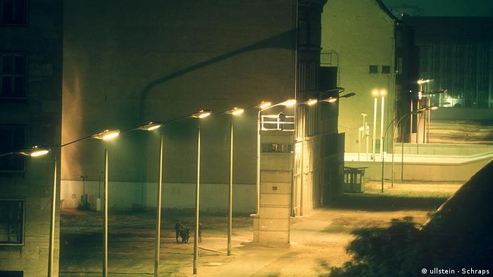 Nachtansicht der Grenzanlagen am Checkpoint Charlie (1986) (Ullstein - Schraps)
