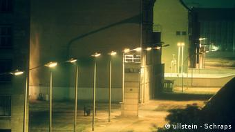 Germany history Berlin Wall, Checkpoint Charlie at night (ullstein - Schraps)