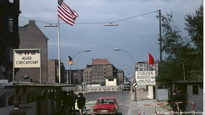 Пропускний пункт Checkpoint Charly між Західним і Східним Берліном після спорудження Берлінського муру. - 1965-й рік